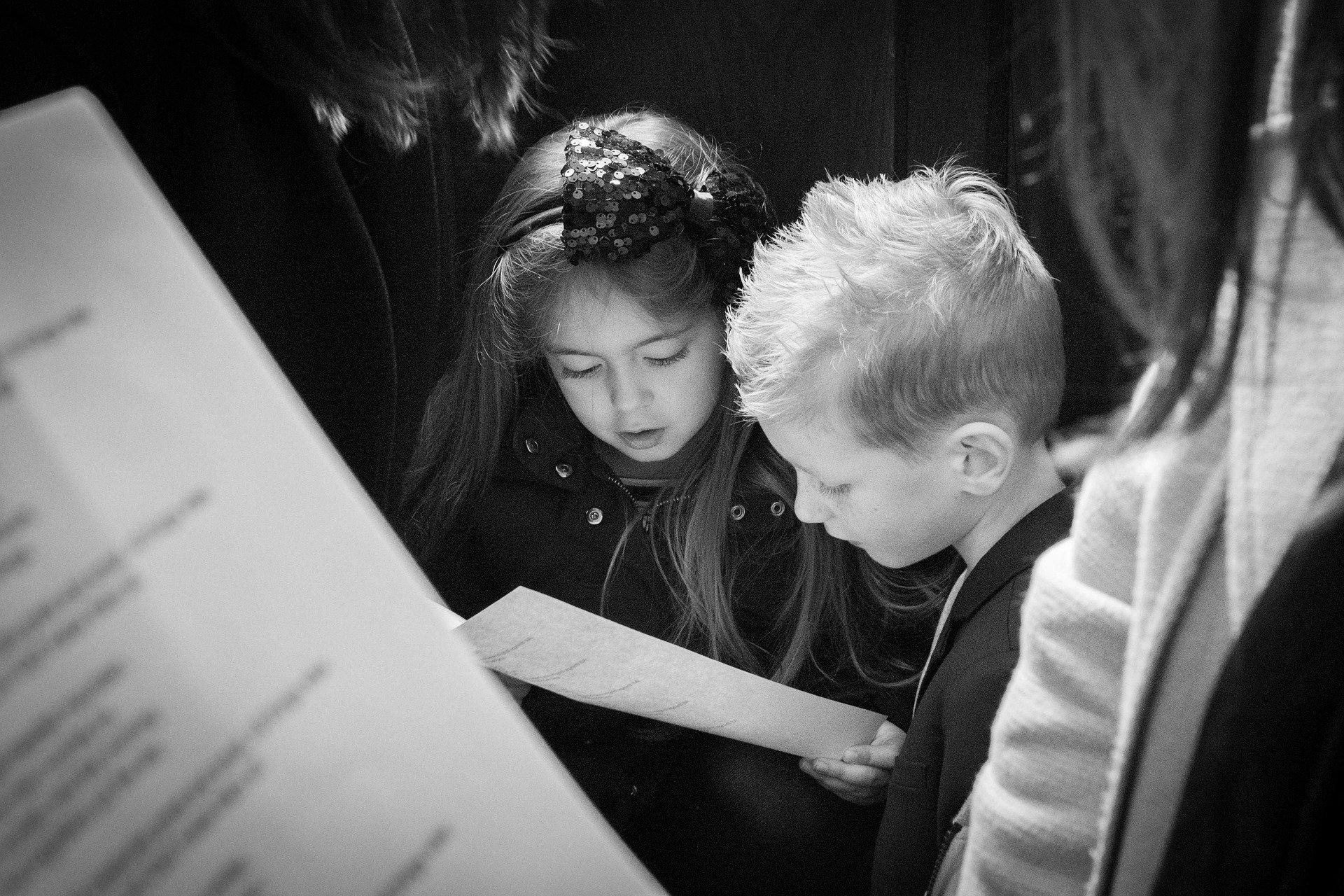 Kinder mit Noten