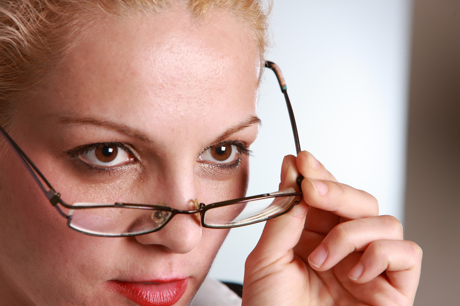Lehrerin nimmt Brille ab